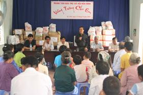Lãnh đạo LĐLĐ tỉnh, lãnh đạo Báo Lao Động - Quỹ tấm lòng vàng thăm và tặng quà cho trung tâm nhân dịp Tết trung thu.