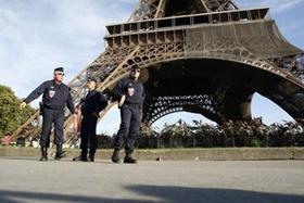 Cảnh sát Pháp tuần tra dưới chân tháp Eiffel tại Paris.
