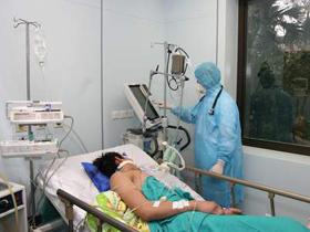 Chăm sóc và điều trị cho bệnh nhân nhiễm cúm A/H5N1 tại Bệnh viện Nhiệt đới Trung ương.