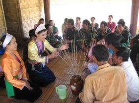 Đoàn Hòa Bình giới thiệu đến bạn bè đặc sản rượu cần trong khuôn khổ các hoạt động diễn ra tại Làng văn hóa - du lịch các dân tộc Việt Nam trong dịp mở cổng làng.