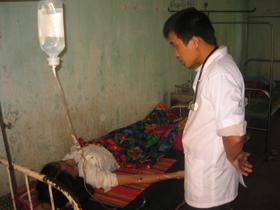 Cán bộ y tế xã Phú Cường tận tình thăm khám bệnh nhân điều trị tại Trạm.