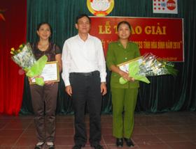 Lãnh đạo MTTQ Việt Nam tinh trao giải nhất cho tập thể và cá nhân xuất sắc.