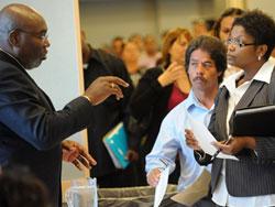 Người lao động Mỹ đến chật kín một hội chợ việc làm ở Los Angeles.
