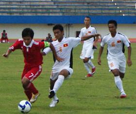 U16 Việt Nam (áo trắng) giành ngôi Vô địch thuyết phục.