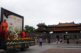 Bức tranh thêu ước nguyện nghìn năm  được rước qua cố Đô Huế.