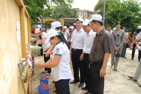 Các đồng chí lãnh đạo tỉnh, Sở Y tế tham gia rửa tay  bằng xà phòng với các em học sinh.