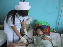 Một bệnh nhân sốt xuất huyết nặng đang điều trị tại Bệnh viện Bệnh nhiệt đới TPHCM