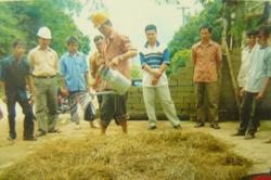 Cán bộ Trạm KNKL Mai Châu hướng dẫn cho nông dân cách chế biến dự trữ thức ăn cho gia súc trong mùa đông.