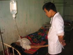 CB y tế BVĐK Tân Lạc chăm sóc người bệnh
