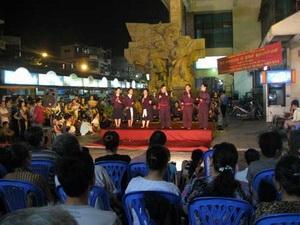 Xem hát dân gian ở Chợ đêm phố cổ Hà Nội .