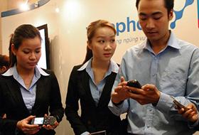 Người tiêu dùng - nhất là người có thu nhập thấp - đang đòi hỏi doanh nghiệp viễn thông chia sẻ gánh nặng giá cước.