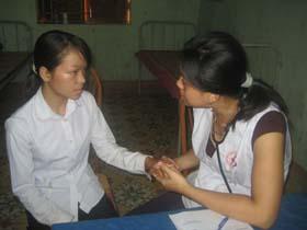 Học sinh nghèo, bị ảnh hưởng CĐDC huyện Kỳ Sơn được khám chữa bệnh miễn phí qua thẻ BHYT.