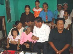Đồng chí Hoàng Việt Cường, Bí thư Tỉnh uỷ, Chủ tịch HĐND tỉnh thăm hỏi, động viên cụ Bùi Thị Bíp.