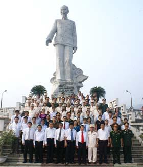 Các đồng chí lãnh đạo tỉnh và các đại biểu chụp ảnh kỷ niệm tại Tượng đài Bác Hồ