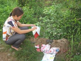 Gói thuốc trừ sâu Rigell 50sc còn sót lại khá nhiều thuốc được bà con vứt ngay cạnh mương nước tại khu vực cánh đồng bí xanh thuộc Tiểu khu 1 - Thị trấn Mường Khến (Tân Lạc)