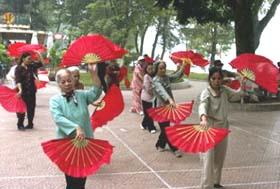 Tập thể dục buổi sáng giúp cho người già sống vui, sống khỏe.