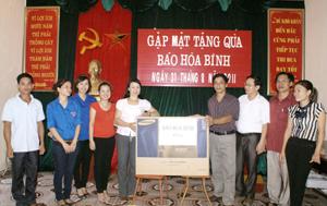 Đồng chí Đinh Văn Ổn, TUV, Tổng biên tập Báo Hoà Bình tặng quà  trường Mầm non xã Vầy Nưa. (Ảnh: H.D)