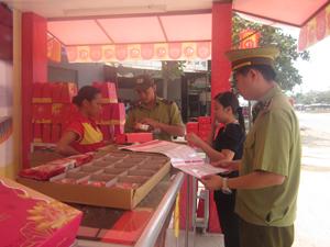 Đoàn kiểm tra chất lượng VSATTP tại đại lý độc quyền bánh Trung thu Kinh đô của doanh nghiệp Năm Hạnh (bờ trái sông Đà)