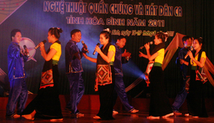 """Tiết mục """"Trăng suối"""" của đội Kỳ Sơn đạt giải A tại liên hoan NTQC và hát dân ca tỉnh năm 2011."""