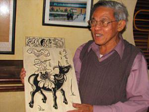 Nghệ nhân Nguyễn Đăng Chế bên bức tranh Chăn trâu thổi sáo.
