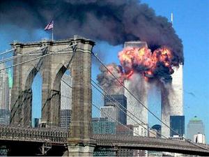 Toà tháp đôi bốc cháy ngùn ngụt sau khi bị đâm ngày 11.9.2001.