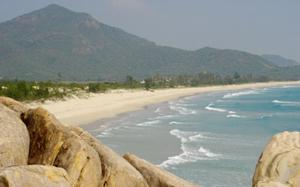 Biển Vĩnh Hải - khu vực cận kề các vị trí xây dựng nhà máy điện hạt nhân. Ảnh: Văn Ngọc