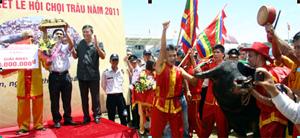 Bí thư Quận ủy Đồ Sơn Đinh Duy Sinh trao giải nhất Hội trọi trâu Đồ Sơn năm 2011 cho ông Lương Trúc Giai ở phường Vạn Sơn.