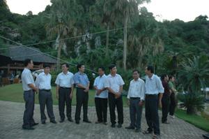 Các đại biểu dự hội thảo tham quan dự án khu du lịch sinh thái Cao Vàng, xã Mông Hóa (Kỳ Sơn).