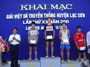 BTC trao giải việt dã truyền thống huyện Lạc Sơn cho các VĐV đạt thành tích cao tại nội dung nam chính
