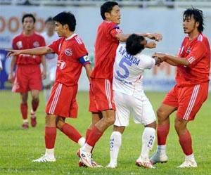 VFF sẽ làm gì để ngăn chặn bạo lực sân cỏ là vấn đề mà người hâm mộ bóng đá đang đặt ra bức thiết.