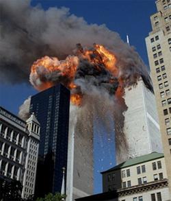 Hai tòa tháp của Trung tâm Thương mại Thế giới bốc cháy sau khi bị hai chiếc máy bay đâm vào.