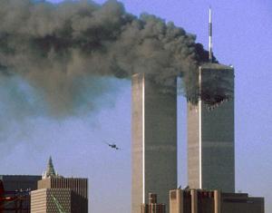 Một chiếc máy bay bị không tặc đang lao về phía tòa phía nam của Tháp Đôi tại Trung tâm Thương mại Thế giới ở New York.
