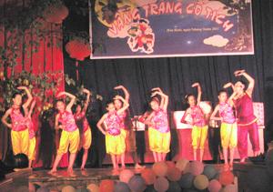 Màn hát múa khai mạc đêm hội do Chú Cuội cùng các em thiếu nhi Trung tâm hoạt động TTN biểu diễn.