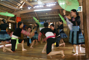 Đội văn nghệ bản Lác (Mai Châu) biểu diễn các tiết mục văn nghệ  phục vụ khách thăm quan.