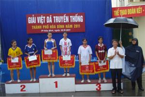 Lãnh đạo UBND TP Hòa Bình trao giải cho các đội đoạt giải ở nội dung đồng đội nữ chính, nữ trẻ.