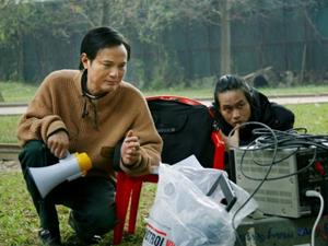 Đạo diễn Hữu Mười chỉ đạo làm phim Mùi cỏ cháy. Ảnh do đoàn phim cung cấp