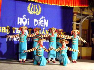 Dân vũ và trang phục của dân tộc Hà Nhì được biểu diễn tại hội diễn nghệ thuật quần chúng phường Hữu Nghị.