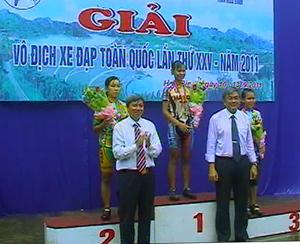 Đồng chí Trần Đăng Ninh, Phó Chủ tịch UBND tỉnh trao huy chương cho các VĐV nữ nội dung băng đồng 5 km.