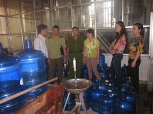 Đoàn kiểm tra liên ngành kiểm tra việc đảm bảo vô trùng tại Công ty CP nước khoáng thương hiệu Kim Bôi.