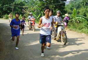 Cuộc đua tài của các VĐV Lạc Sơn tại gải việt dã cấp huyện năm 2011.