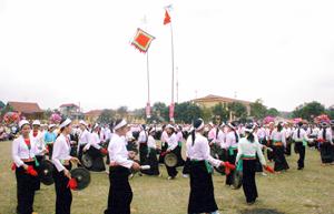 Biểu diễn cồng chiêng tại lễ hội Khai hạ Mường Bi năm 2011 .                                         ảnh: H.D