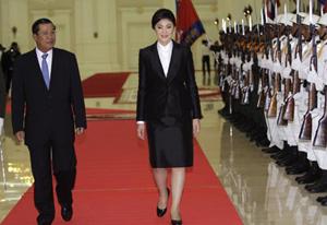 Thủ tướng Campuchia Hun Sen đón tân Thủ tướng Thái Lan Yingluck.