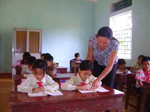 Học sinh trường tiểu học Nam Sơn được chỉ bảo ân cần của thầy cô giáo và sự quan tâm của cấp ủy, chính quyền địa phương.