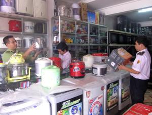 Đoàn kiểm tra gắn dấu hợp quy CR trên sản phẩm điện tại Trung tâm Điện tử - điện lạnh Son Mai, phố Bãi Nai, xã Mông Hóa (Kỳ Sơn).