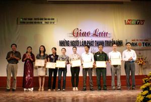 Đại diện lãnh đạo Đài PT- TH tỉnh và khách mời trao giải cho các tác phẩm đạt giải tại liên hoan.