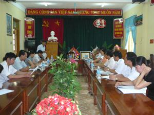 Đoàn khảo sát làm việc tại Bệnh viện Đa khoa huyện Yên Thủy.