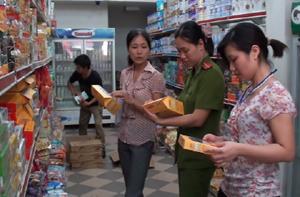 Đoàn kiểm tra liên ngành kiểm tra các mặt hàng đóng hộp tại các siêu thị đảm bảo VSATTP trước ngày lễ kỷ niệm.