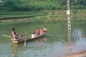 Đa số các em học sinh xóm Trao I, xã Phong Phú (Tân Lạc) được đưa đón bằng thuyền nan thô sơ không có phao cứu sinh rất nguy hiểm khi đến trường.