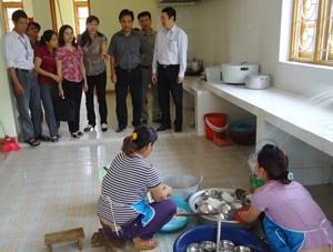 Đoàn công tác Viện Vệ sinh dịch tễ TƯ tìm hiểu công tác tuyên truyền, phòng - chống dịch bệnh tay - chân - miệng tại trường Mầm non xã Lâm Sơn, huyện Lương Sơn.