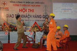 Phần thi giao tiếp của Điện lực Lạc Thủy được đánh giá cao tại hội thi.